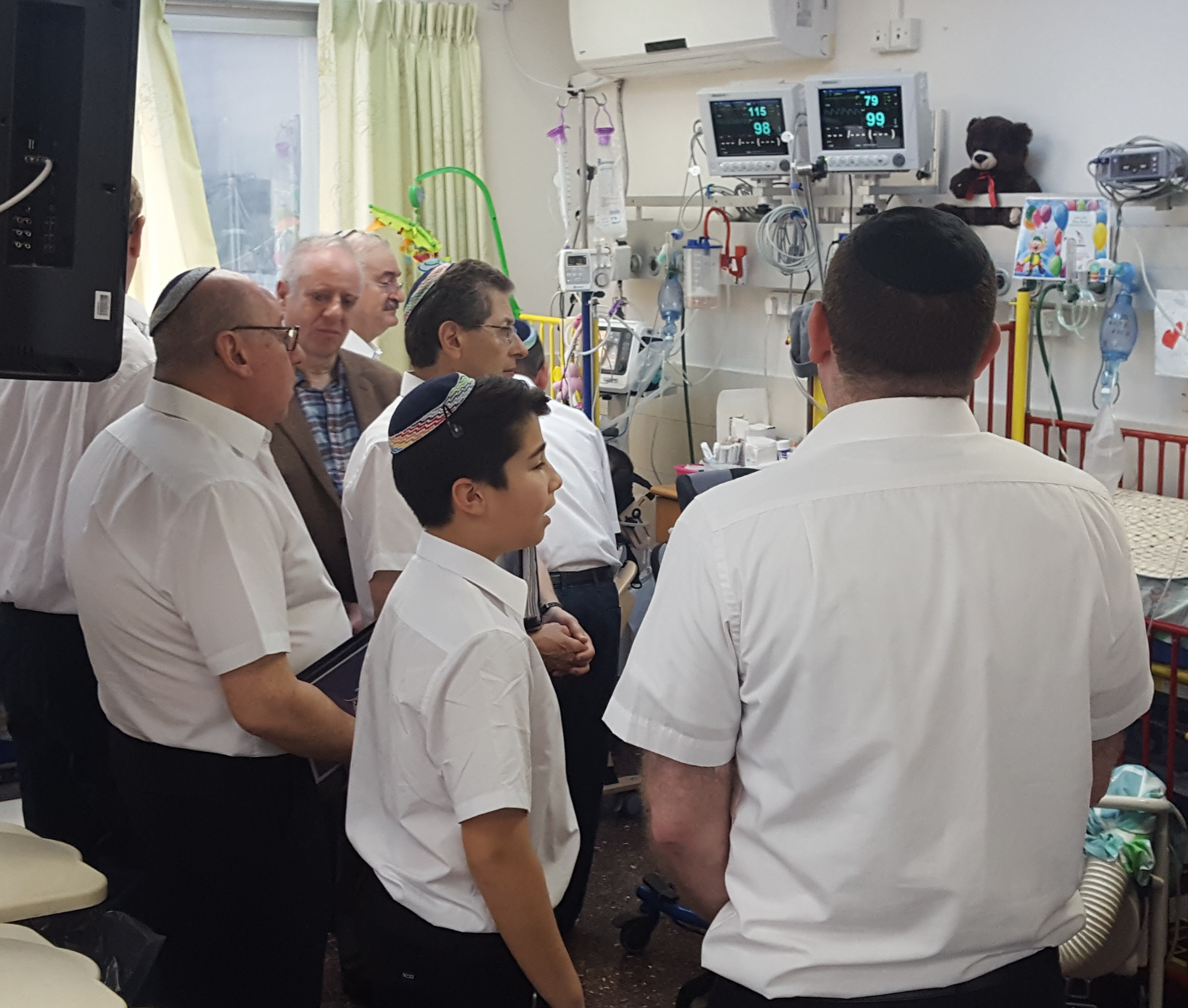 Shabbaton Choir visits Reuth Hospital